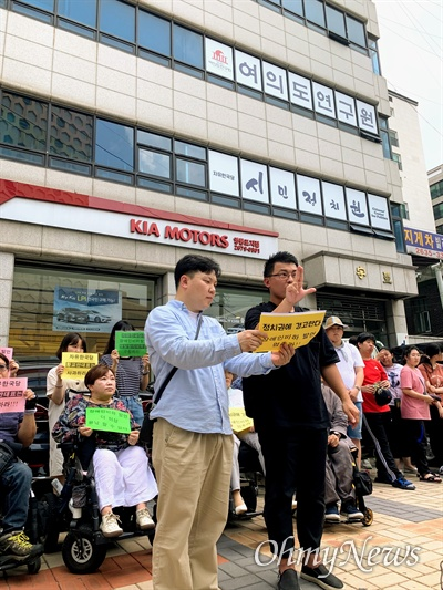 청각장애인인 이종운 서울장애인차별철폐연대 대의원이 9일 오후 서울 영등포구 영등포동 자유한국당사 앞에서 열린 기자회견에서 청각장애인 비하 표현을 한 황교안 대표에게 사과를 촉구하고 있다.