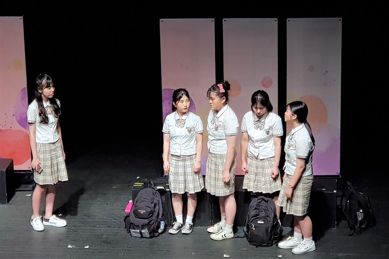 선일이비지니스고등학교 '별무리'의 <봄이 오다> 중 한 장면.
