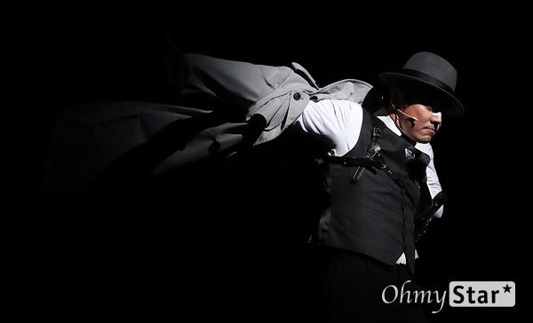 '시티오브엔절' 테이, 도시의 남자처럼 배우 테이가 9일 오후 서울 흥인동 충무아트센터에서 열린 뮤지컬 <시티오브엔젤> 프레스콜에서 하이라이트 무대시연을 하고 있다.  블랙코미디 누아르 뮤지컬인 <시티오브엔젤>은 8월 8일부터 10월 20일까지 한국 초연으로 개막하는 브로드웨이 히트뮤지컬이다.