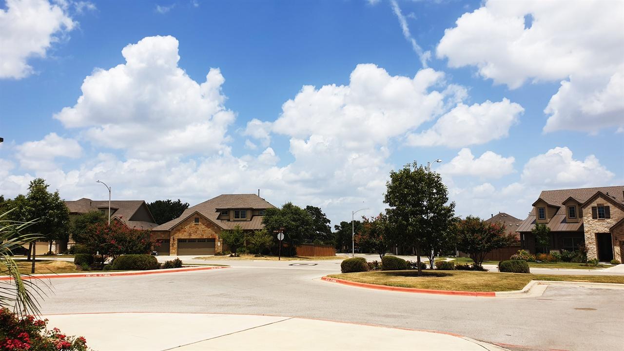오스틴주택 뭉게 뭉게 흰구름이 깔린 하늘아래 주택이 평화스럽게 느껴진다.