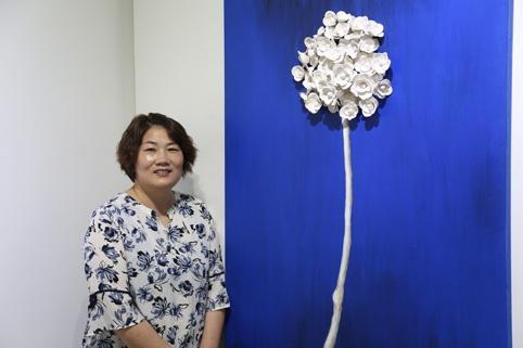김미화 도예가가 면천읍성안 그 미술관에서 첫 개인전 <그림담은 도자기> 展을 오는 15일까지 개최한다. 김미화 도예가와 작품 <여름꽃>과 함께.