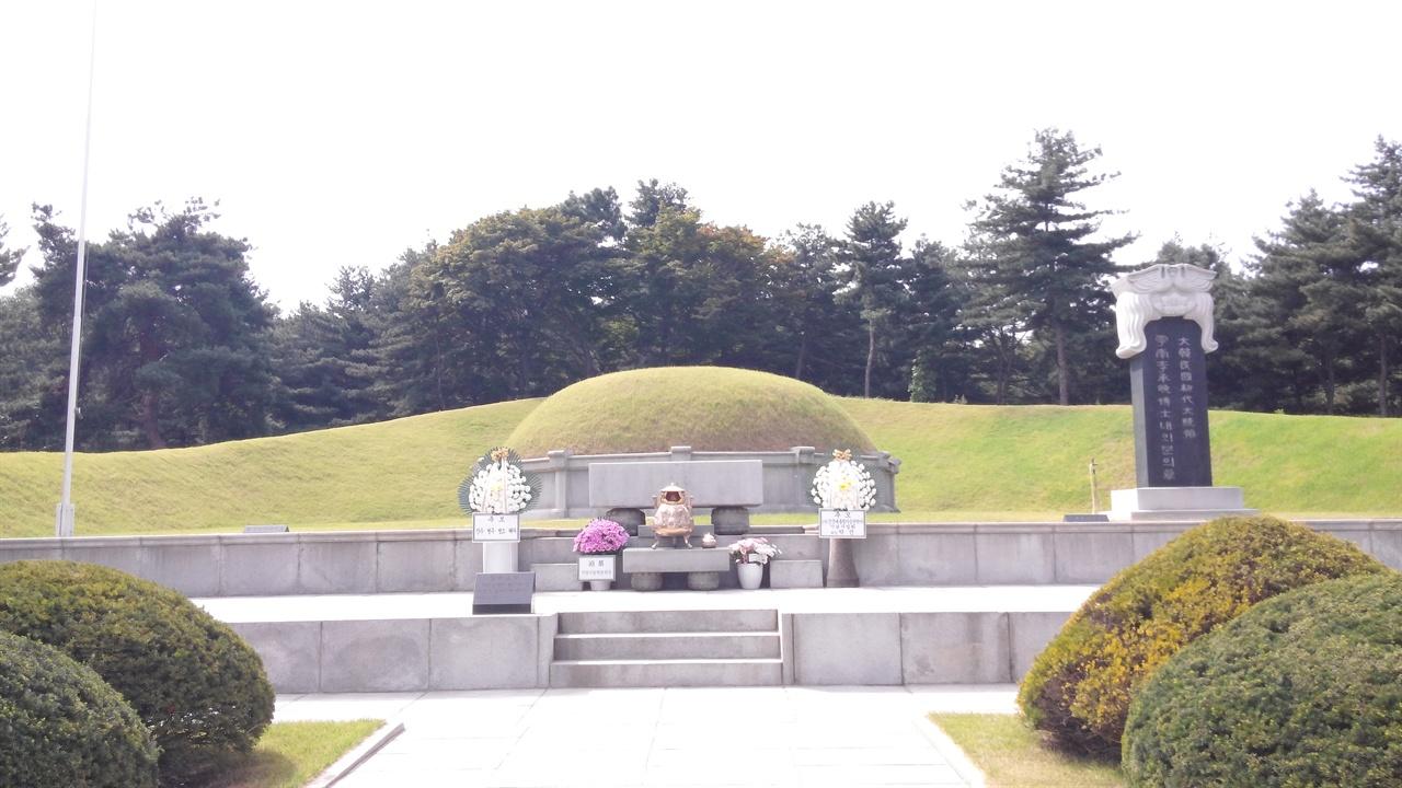 이승만 전 대통령의 묘 363㎡ 규모의 이승만 전 대통령 묘는 묘두름 돌(병풍석)까지 갖추고 있어 마치 조선시대의 왕릉을 보는 듯하다. 묘에는 영부인 프란체스카 여사(1900-1992)도 함께 안장되어 있다.