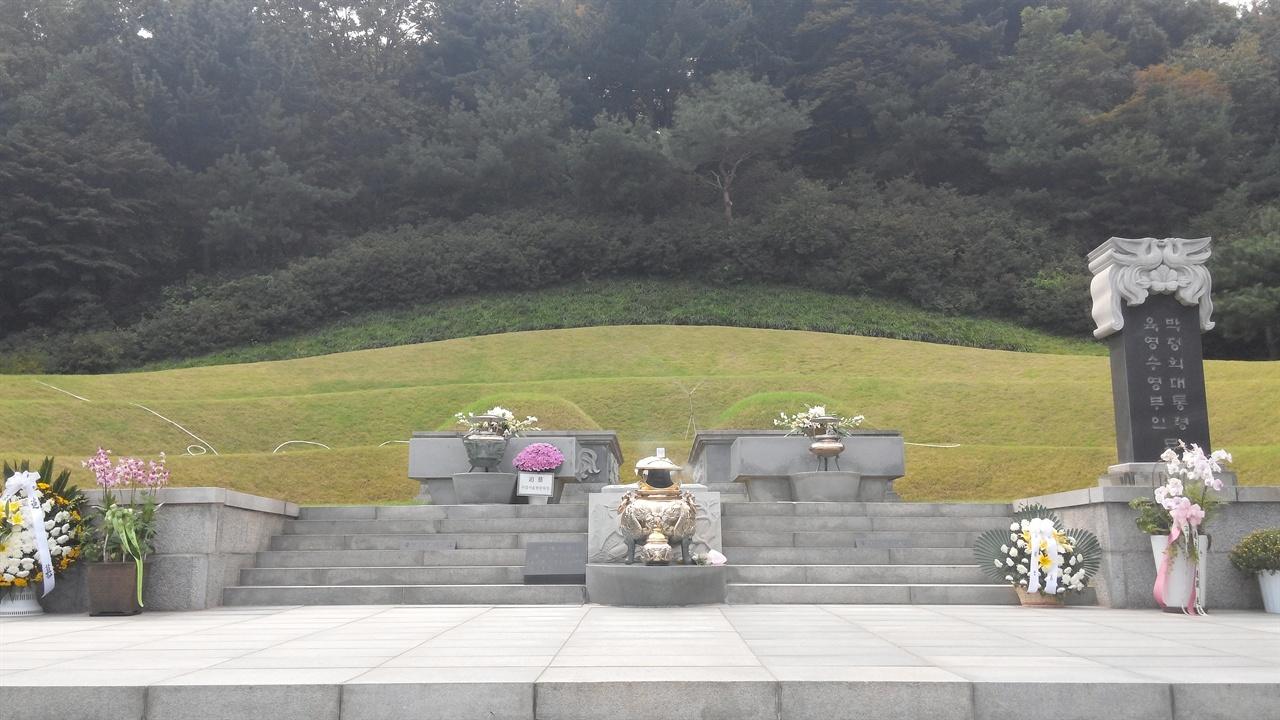박정희 전 대통령의 묘 국립서울현충원의 중심부 가장 높은 곳에 위치하고 있는 박정희 전 대통령 묘는 독재자의 권위주의적인 재임시절 모습을 자연스럽게 떠올리게 한다. 묘소 크기도 580㎡로 다른 대통령 묘소와 비교를 불허한다.