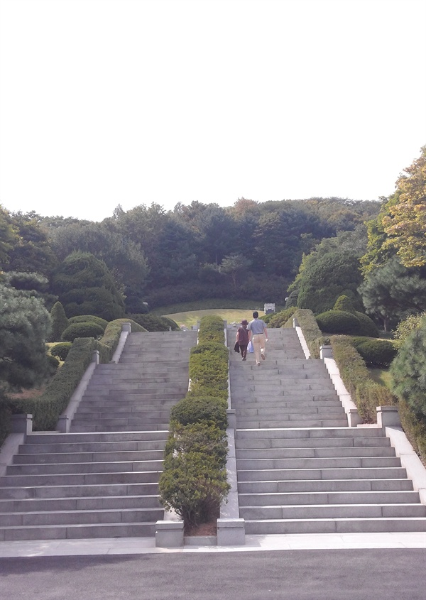 계단의 정치학?! 계단의 종교학?! 묘소 앞에 서기 위해서는 몇 단계의 높은 계단을 올라야 한다. 관람객들이 계단을 오르는 동안 자신도 모르게 '경건한 마음'의 준비를 하도록 마련된 장치인데, 마치 일제 강점기 남산에 있던 조선신궁을 보는 듯하다. 계단의 정치학, 또는 계단의 종교학이 작동하고 있는 셈이다.