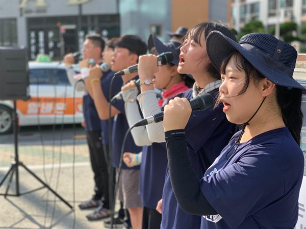 대진연 통일대행진단 예술단 유승민 의원 규탄집회에서 대진연 통일대행진단 예술단이 노래 '반격'을 부르고 있다.