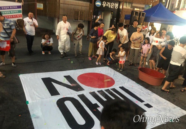 아베규탄진주행동은 8월 10일 진주에서 진주시민촛불대회를 열었다.