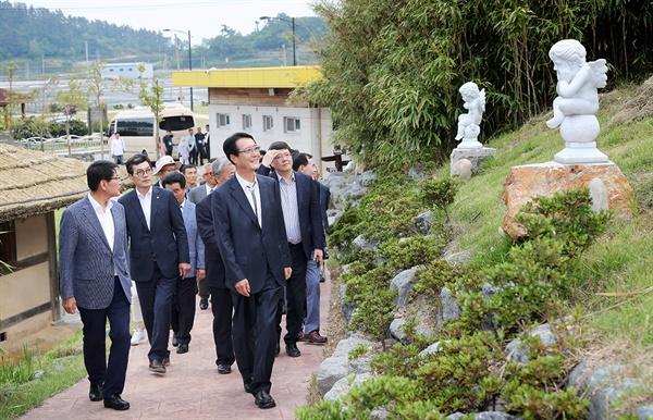울타리 없는 '하의도 찬사상 미술관'을 둘러보고 있는 박우량 신안군수.