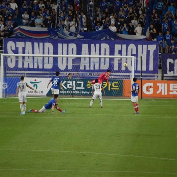 36분, 인천 유나이티드 골잡이 무고사의 오른발 슛이 수비수 몸에 맞고 방향이 살짝 바뀐 것을 수원 골키퍼 노동건이 날아올라 쳐냈다