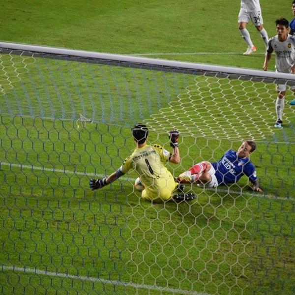 전반전, 수원 골잡이 타카트의 결정적인 슬라이딩 슛을 인천 유나이티드 골키퍼 정산이 침착하게 잡아내는 순간