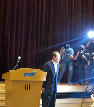 윤동한 회장 윤동한 한국콜마 회장이 11일 기자회견을 열고 대국민 사과를 했다.