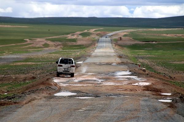 앞서가던 차가 아스팔트가 패인 곳을 피해 왼쪽 가장자리로 달리고 있다. 몽골 도로는 열악한 곳이 많다. 이런 도로를 가는데 갑자기 가축이 뛰어들면 커다란 낭패를 볼 수 있다