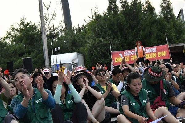2019.8.8 경부고속도로 서울요금소 근처에 모인 톨게이트수납원 해고노동자들이 요금소 지붕에 오른 노동자들을 향해 응원의 함성을 보내고 있다.
