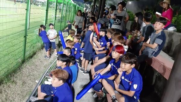 서산중학교 운동장을 빌려 매주 연습을 한 서산FC 선수들.