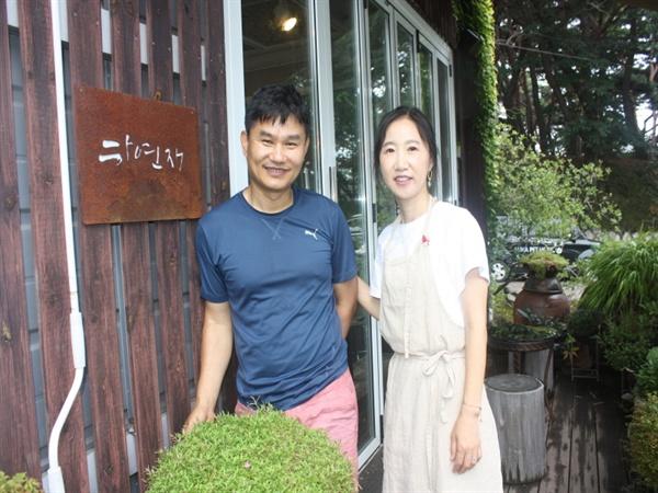 청량산 자락에 위치한 '하연재'의 주인장 김성태 씨와 한미화씨 부부.
