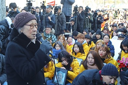수요집회에서 발언 중인 김복동 할머니  일본대사관 앞에서 일본 정부의 사과를 촉구하는 발언 중인 김복동 할머니