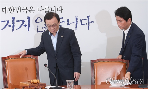 더불어민주당 이해찬 대표와 이인영 원내대표가 12일 오전 서울 여의도 국회에서 열린 최고위원회의에 참석하고 있다.