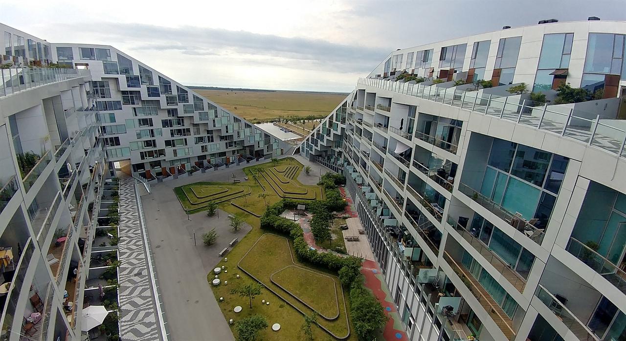 일조권도 균등하게. 8자 형태로 구성된 덴마크 코펜하겐의 '8 탈레트 공동주택단지'. 476가구가 사는 아파트지만 한국의 획일화된 아파트와는 사뭇 다르다. 8자 형태로 가족생활, 공동체를 위한 공간, 자유시간을 즐길 수 있도록 디자인했다. 공동주택단지인데도 단독주택처럼 공간을 꾸몄다. 단지의 경사로를 따라 걸으면서 모든 층을 이동할 수 있고 자연스럽게 이웃과 마주할 수 있게 했다. 모든 층과  모든 세대가 햇볕을 평등하게 받을 수 있게 창문(건물)의 각도까지 고려해 설계했다.