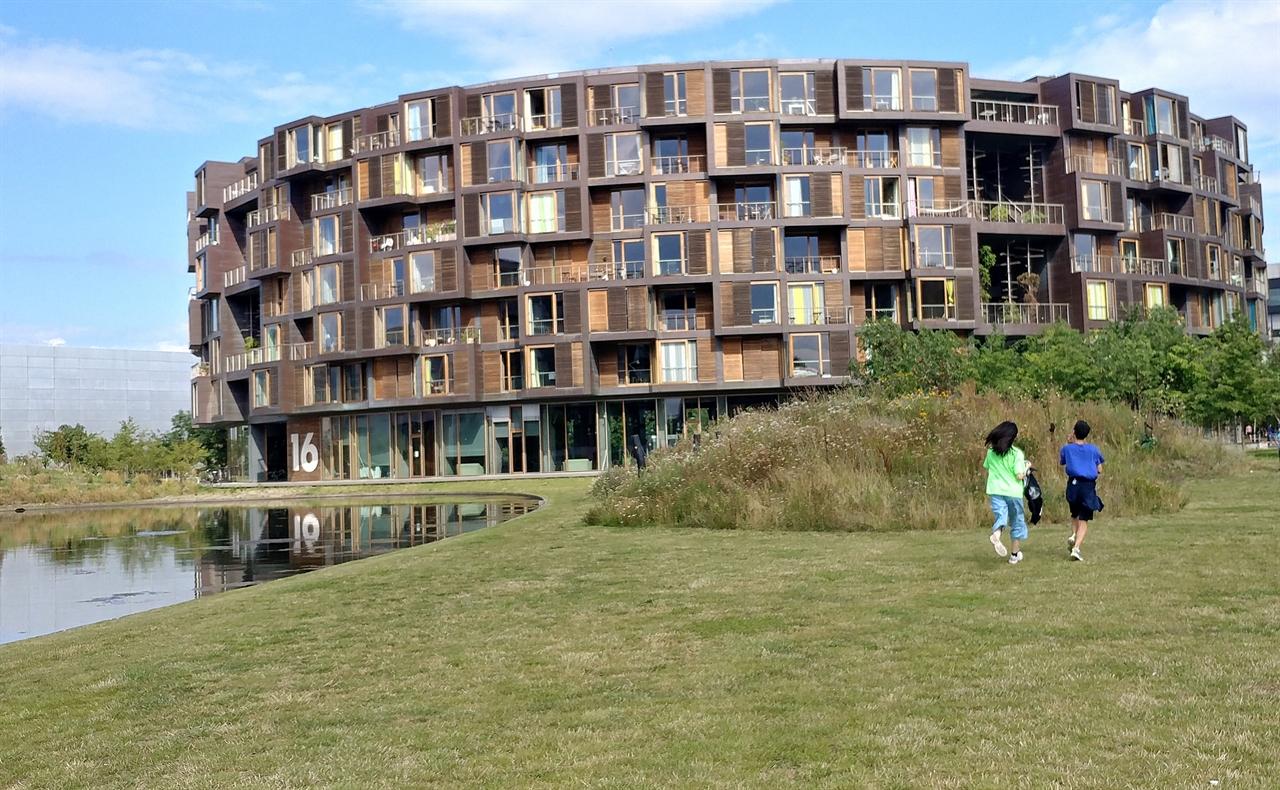 """세계에서 가장 아름다운 대학생 기숙사로 불리는 트엔트겐. 코펜하겐대학교 남부 캠퍼스에 옆에 자리 잡고 있다. 원형 안에 360개 방이 있는데 모든 방에 창문과 발코니, 침대를 갖춘 개인 공간이 있다. 나머지는 공동부엌과 운동실, 세탁실 등 공용시설을 갖췄다. 부엌의 경우 거주자들의 소통과 공동체 의식을 느낄 수 있게 12명이 1곳을 공동으로 사용하고 있다. 이곳에서 만난 학생들은 '개인 공간과 공동 공간의 조화와 균형을 이룬 곳'이라고 소개했다. 학생들은 """"혼자 있어도 함께 있다는 느낌을 갖게 된다, 함께 누릴 수 있는 공간이 참 많다""""고 자랑했다."""