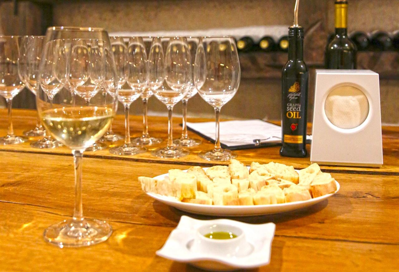하레바 와이너리  하레바 와인투어는 다양한 옵션을 포함한다.  단순 투어부터 바베큐가 결들인 식사옵션까지. 본인에게 맞는 프로그램을 잘 선택해야 와이너리 투어에 실패가 없다. 와인시음의 가장 기본적인 옵션은 투어& 2종 유럽 와인 테스팅( 12라리) 이다. 화이트 드라이 와인 므츠바네와 레드 세미 스위트 킨즈마라울리가 제공된다.