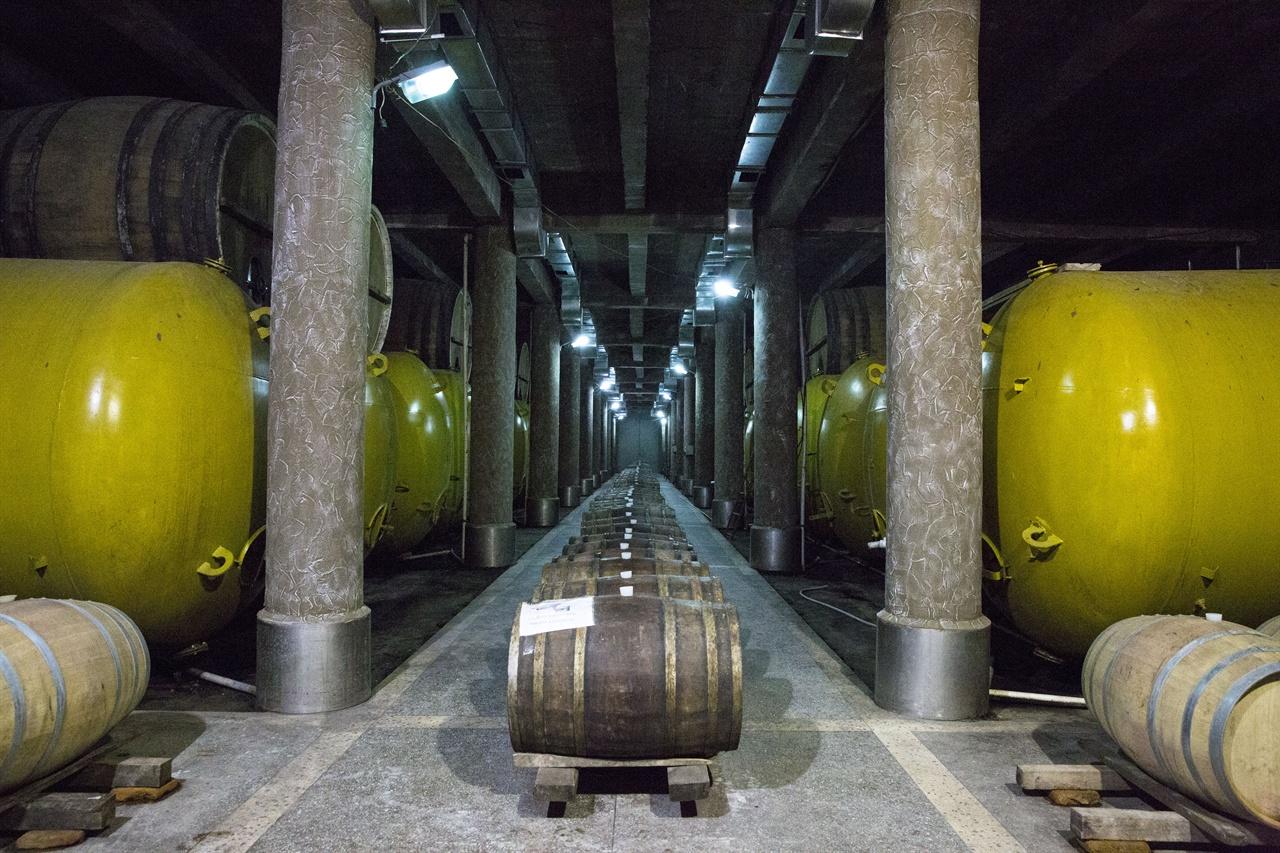 조지아 킨즈마라울리 코퍼레이션 와이너리  카헤티 레반왕의 전용 와이너리가 모태가 된 킨즈마라울리 와이너리의 와인저장고 모습. '로얄 마리니' 혹은 '에라클리 와이너리'라고도 불렸다.