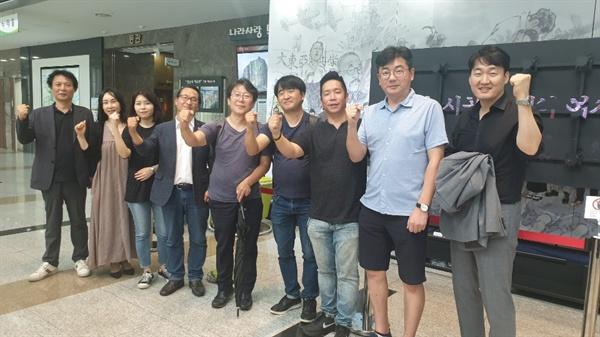 웹툰연재 참여 작가들. 성남시청 1층 웹툰 캐릭터 전시회장.
