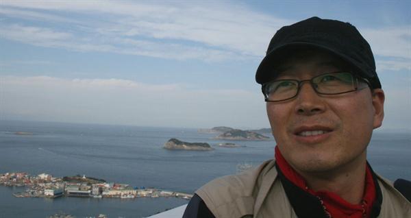 김준 광주전남연구원 실장. 그의 일상은 섬을 드나듦이다. 더 많은 섬과 섬이야기를, 더 많은 사람들한테 하고 싶어 한다. 그가 〈섬문화 답사기〉를 쓰는 이유다.