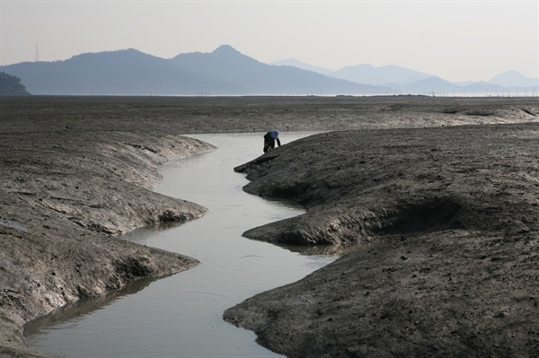 바다와 섬의 시간에 맞춰 사는 섬사람들. 섬의 시간은 뭍의 시간과 달리 바다의 영향을 받는다. 섬사람들의 일상은 밀물과 썰물, 물때에 따라 달라진다.