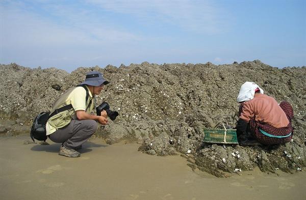 섬사람과 만나는 김준 실장. 그는 틈나는 대로 섬을 찾아다니며 섬과 섬사람들의 삶을 기록하고 있다.