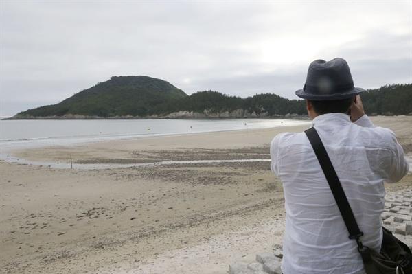 김준 실장의 일상은 바다와 섬에 맞춰져 있다. 가는 곳마다 카메라를 들이대고, 섬사람들을 만나 이야기를 나눈다.