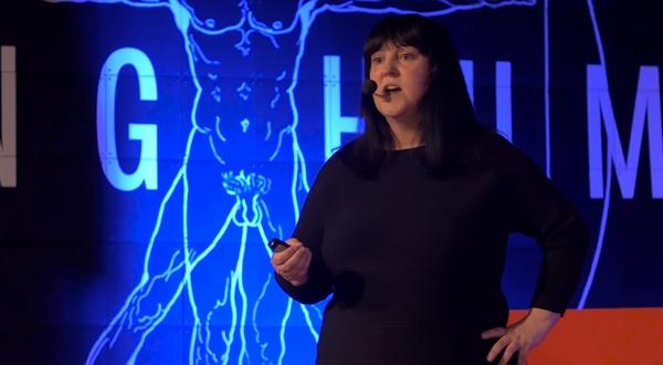 TEDxULB에서 '로봇과 윤리: 섹스의 미래'에 대해 강연하고 있는 영국 드몽포르 대학의 캐슬린 리처드슨 교수.