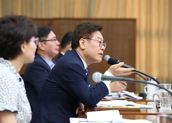 이재명 경기도지사가 12일 오전 경기도청 신관 4층 대회의실에서 '2019년 8월 확대간부회의'를 주재하고 있다.