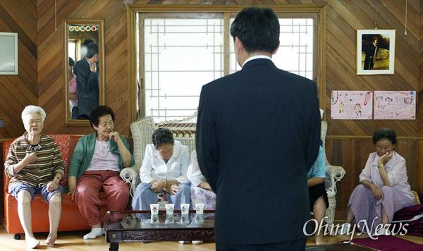 2004년 나눔의 집 방문했던 이영훈 교수 지난 2004년 9월 6일 이영훈 서울대 경제학과 교수가 일본군 성노예 피해자에 대한 발언과 관련 직접 사과하기 위해 일본군 위안부 피해자 할머니들이 생활하고 있는 경기도 광주군 '나눔의 집'을 방문했지만 할머니들로부터 '진솔한 사과가 없다'는 항의만 받고 돌아서야 했다.
