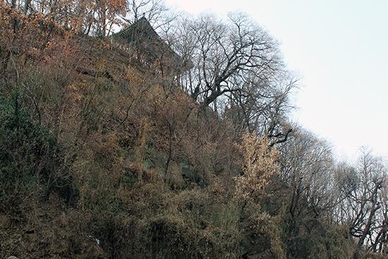 달성토성이 해자를 낀 절벽을 활용하여 축성되었다는 사실을 알게 해주는 풍경. 사진의 건물은 경상감영 정문이었던 관풍루로, 친일파 박중양이 1906~1907년 대구읍성을 파괴한 이후 이곳으로 옮겨졌다.