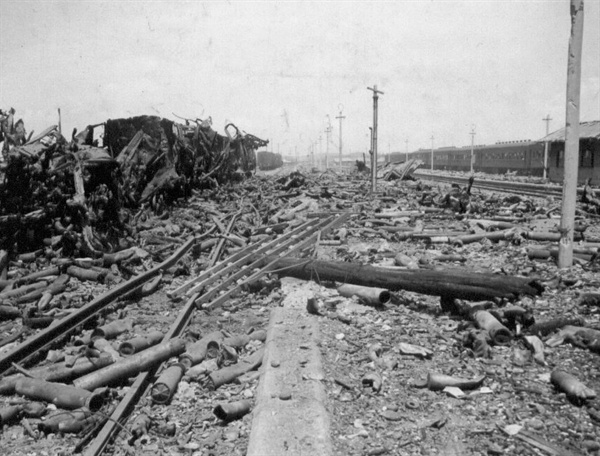 1. 전란으로 잿더미가 된 평택역(1950. 7. 6.).