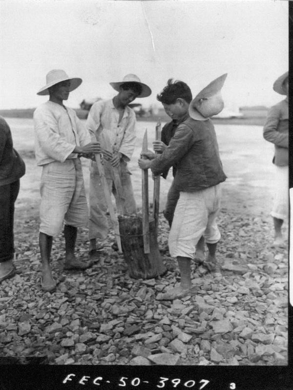 2. 한국인 노무자들이 비행장 활주로를 다지고 있다(1950. 7. 6.).