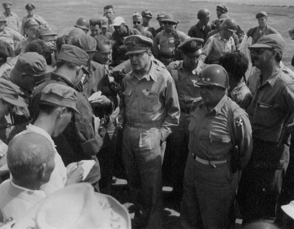 7. 맥아더 장군의 전선시찰. 오른 편이 워커 장군(1950. 7. 26.).