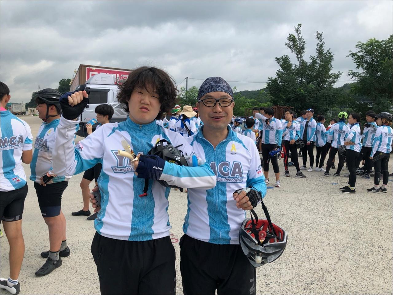 YMCA 청소년 자전거 국토순례에 참가한 오성진, 오도헌 부자