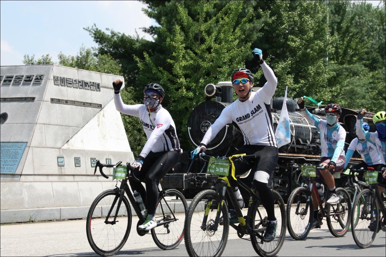 2년째 직장에 휴가내고 국토순례 자원지도자로 참가한 이창성씨 (왼쪽)