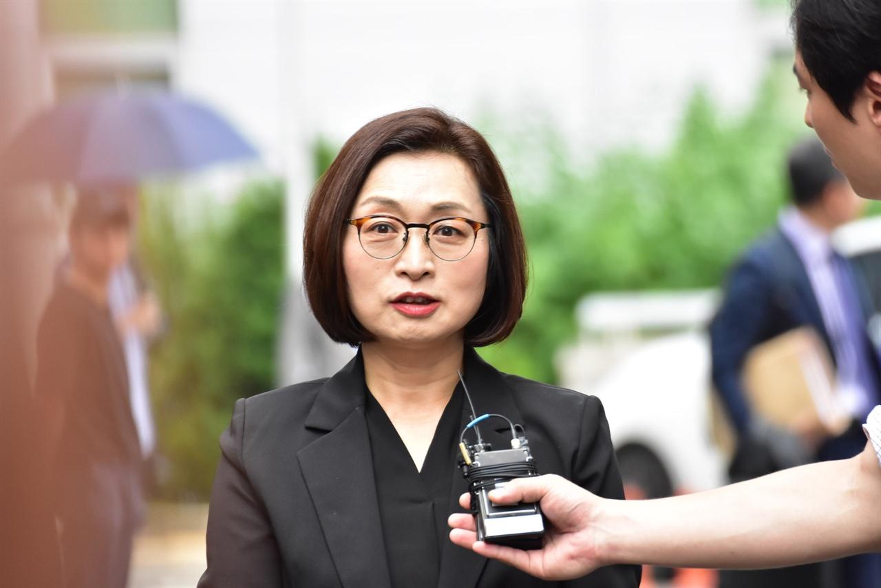 취재진의 질문에 답하고 있는 은수미 성남시장