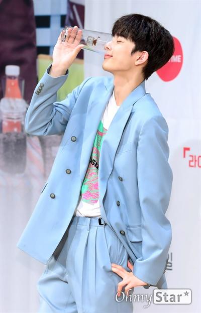 '아이돌다방' 유선호, 시원하게 원샷 가수 유선호가 13일 오후 서울 광화문 KT스퀘어에서 열린 라이프타임 채널-KT 올레tv 모바일 신규 예능 <아이돌다방> 제작발표회에서 포토타임을 갖고 있다. <아이돌다방>은 '아직도 아이돌'인 앤디와 '아기 아이돌' 유선호가 아이돌 게스트를 초청해 잠시 쉬었다 가는 카페를 운영하는 아이돌 힐링 프로그램이다. kt 올레tv모바일 14일 수요일 선공개, 라이프타임 채널 18일 일요일 오후 11시 40분 첫 방송.