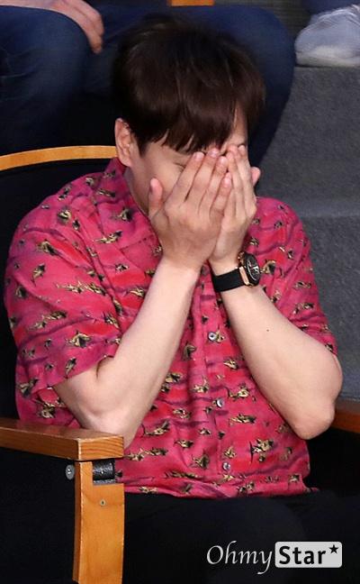 '아이돌다방' 앤디, 쑥스러운 포토타임 가수 앤디가 13일 오후 서울 광화문 KT스퀘어에서 열린 라이프타임 채널-KT 올레tv 모바일 신규 예능 <아이돌다방> 제작발표회에서 가수 유선호의 포즈를 보며 얼굴을 감싸고 있다. <아이돌다방>은 '아직도 아이돌'인 앤디와 '아기 아이돌' 유선호가 아이돌 게스트를 초청해 잠시 쉬었다 가는 카페를 운영하는 아이돌 힐링 프로그램이다. kt 올레tv모바일 14일 수요일 선공개, 라이프타임 채널 18일 일요일 오후 11시 40분 첫 방송.