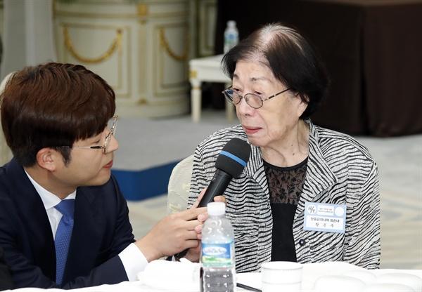 안중근 의사 외손녀 황은주 씨가 13일 오후 청와대 영빈관에서 열린 독립유공자 및 후손 초청 오찬에서 인터뷰하고 있다.