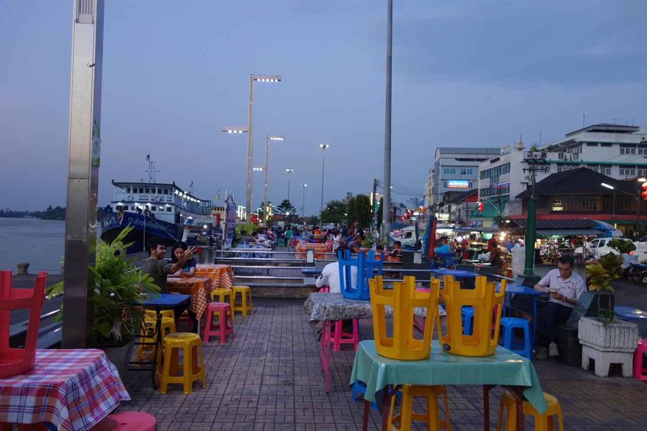 찜질방 '마이 플레이스'를 벗어나,바람 좋은 강변 식당. 코사모이, 코팡안으로 향하는 여객선 선착장 옆에 있다.