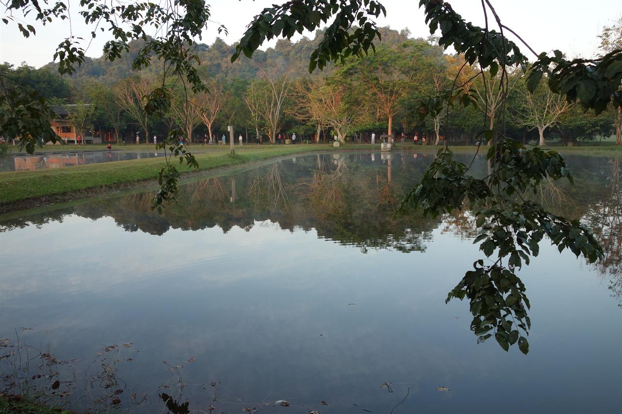 매일 아침 연못으로 모여 뜨오르는 아침해를 맞이하는 명상가들. 말없이 천천히 걷고 멈추며 지금 이순간을 음미한다. 초세속은 장소가 아니라 마음 상태 이지만 때론 장소도 중요한 듯 하다.