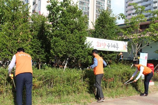 한화갤러리아 진주점은 13일 진주시가좌사회복지관을 찾아 봉사활동을 벌였다.
