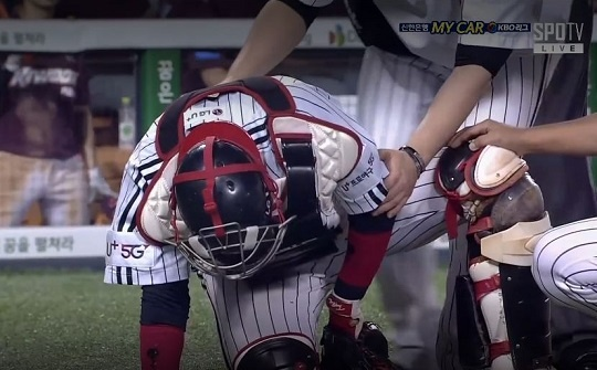 14일 잠실 경기에서 키움 박동원의 스윙에 부상당한 LG 이성우 (출처 : SPOTV 중계 화면)