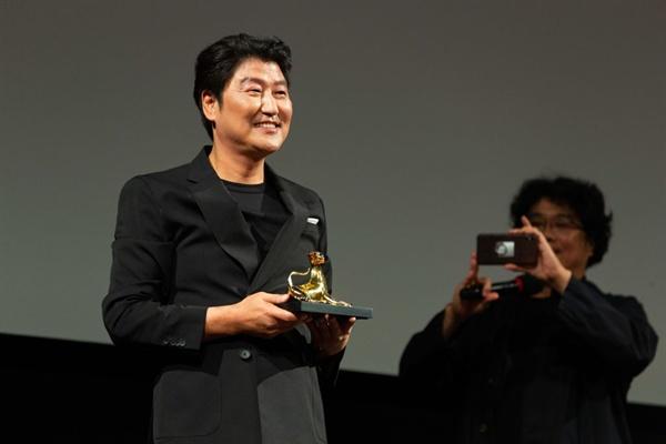 배우 송강호가 72회를 맞은 로카르노영화제에서 특별 공로상을 받았다.