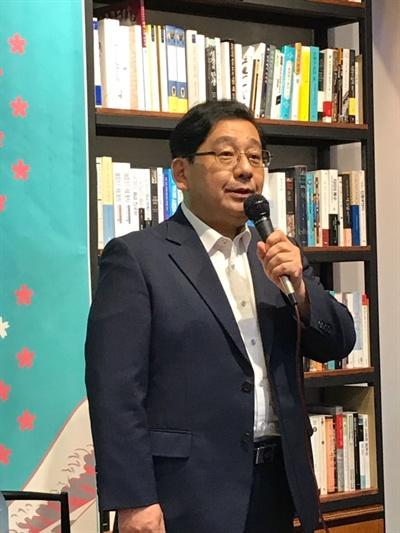 호사카 유지 세종대학교 교수가 13일 오후 7시 30분부터 역사책방에서 열린 책 '사쿠라진다' 북토크 '일본 우파의 기원과 아베 정권'에서 발언하고 있다.