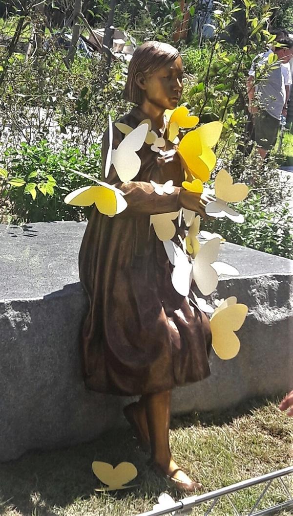 송파 평화의 소녀상 개막식 후 시민들이 붙여준 나비들이 한층 애처롭습니다.
