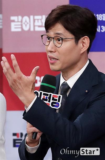 '같이 펀딩' 유준상, 진심어린 호소 배우 유준상이 14일 오후 서울 상암동 MBC사옥에서 열린 MBC 새 예능 <같이 펀딩> 제작발표회에서 프로그램에 참여하게 된 배경을 설명하며 동참을 호소하고 있다. <같이 펀딩>은 혼자서는 실현하기 어려운 다양한 분야의 가치있는 아이디어를 방송을 통해 확인한 시청자들이 크라우드 펀딩을 통해 '같이' 실현해보는 펀딩 예능 프로그램이다. 18일 일요일 오후 6시 30분 첫 방송.
